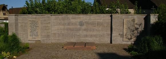 Kriegerdenkmal von 1965 neben der Kirche